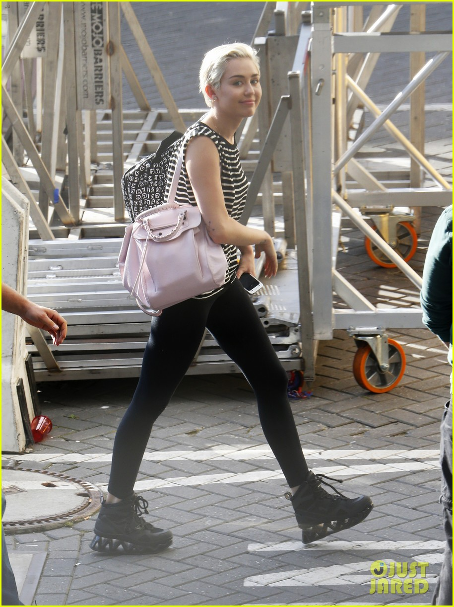miley cyrus arrives amsterdam last bangerz tour stop 06