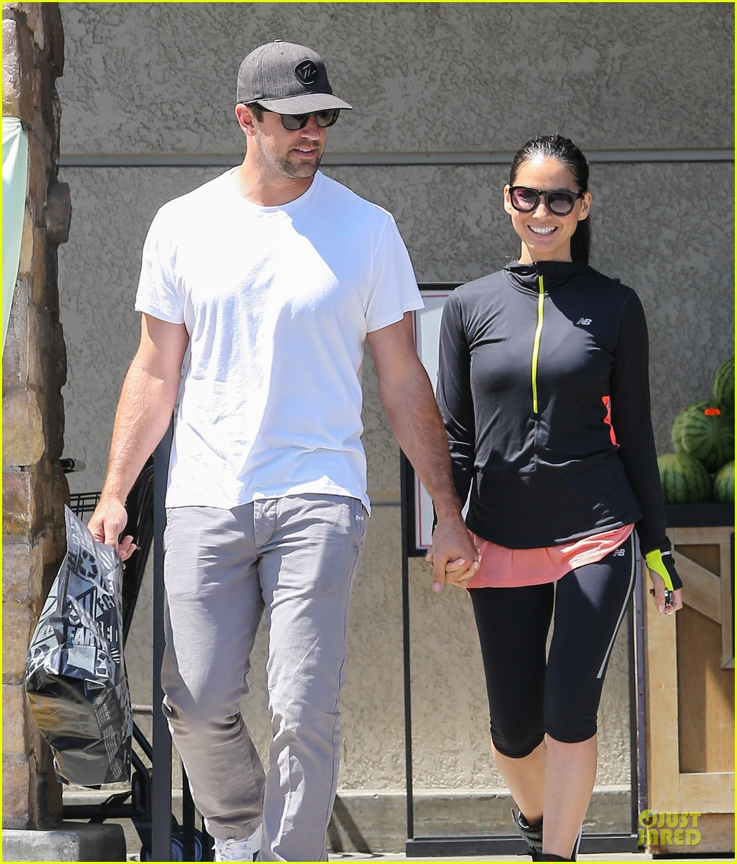 olivia munn aaron rodgers bring blossoming love to gelsons 043132116