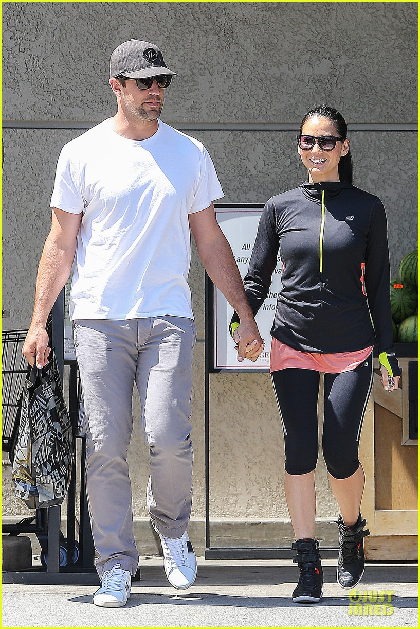 olivia munn aaron rodgers bring blossoming love to gelsons 07
