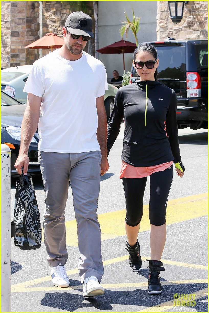 olivia munn aaron rodgers bring blossoming love to gelsons 14