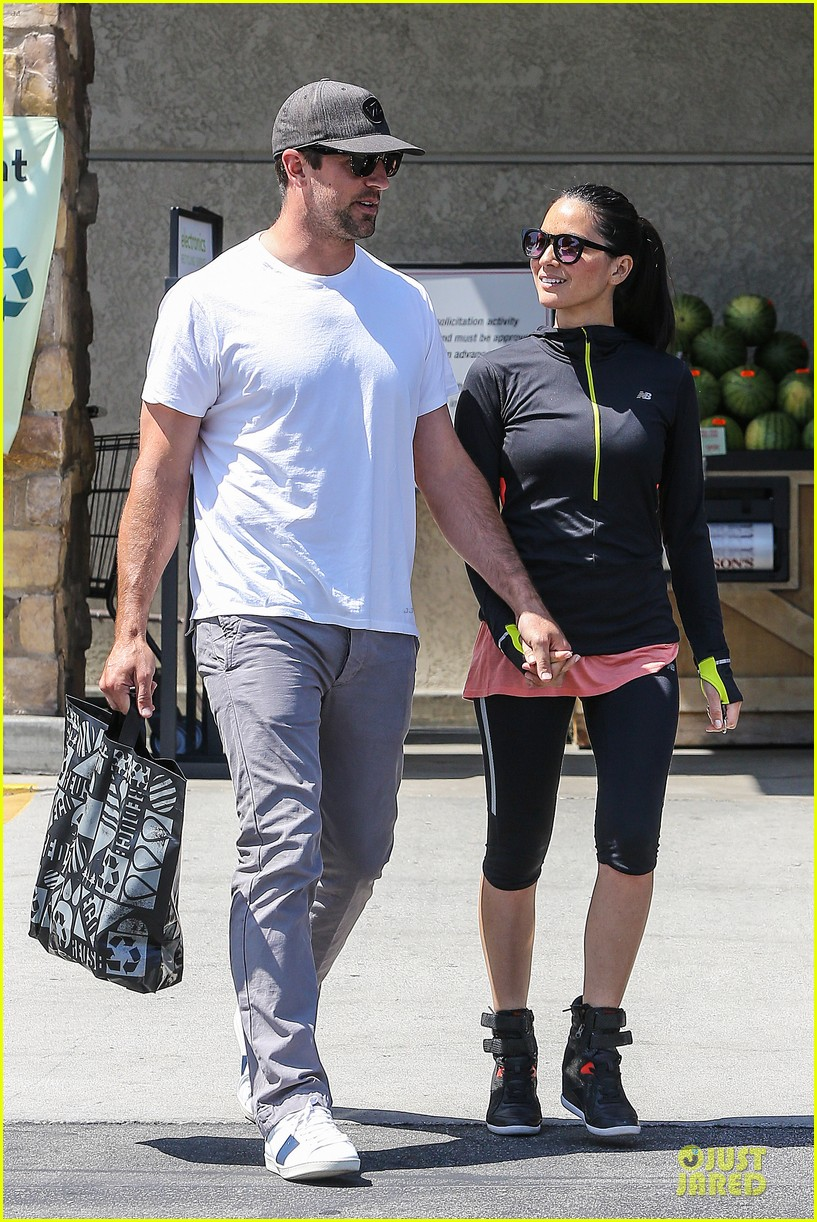 olivia munn aaron rodgers bring blossoming love to gelsons 193132131