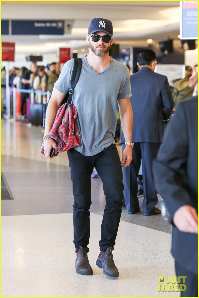 chris pine scruffy airport 10