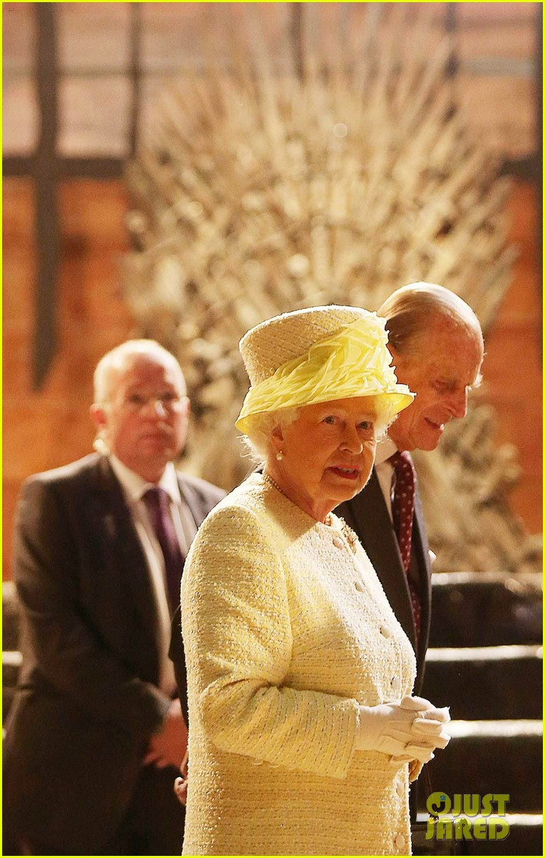 queen elizabeth visits game of thrones set 03