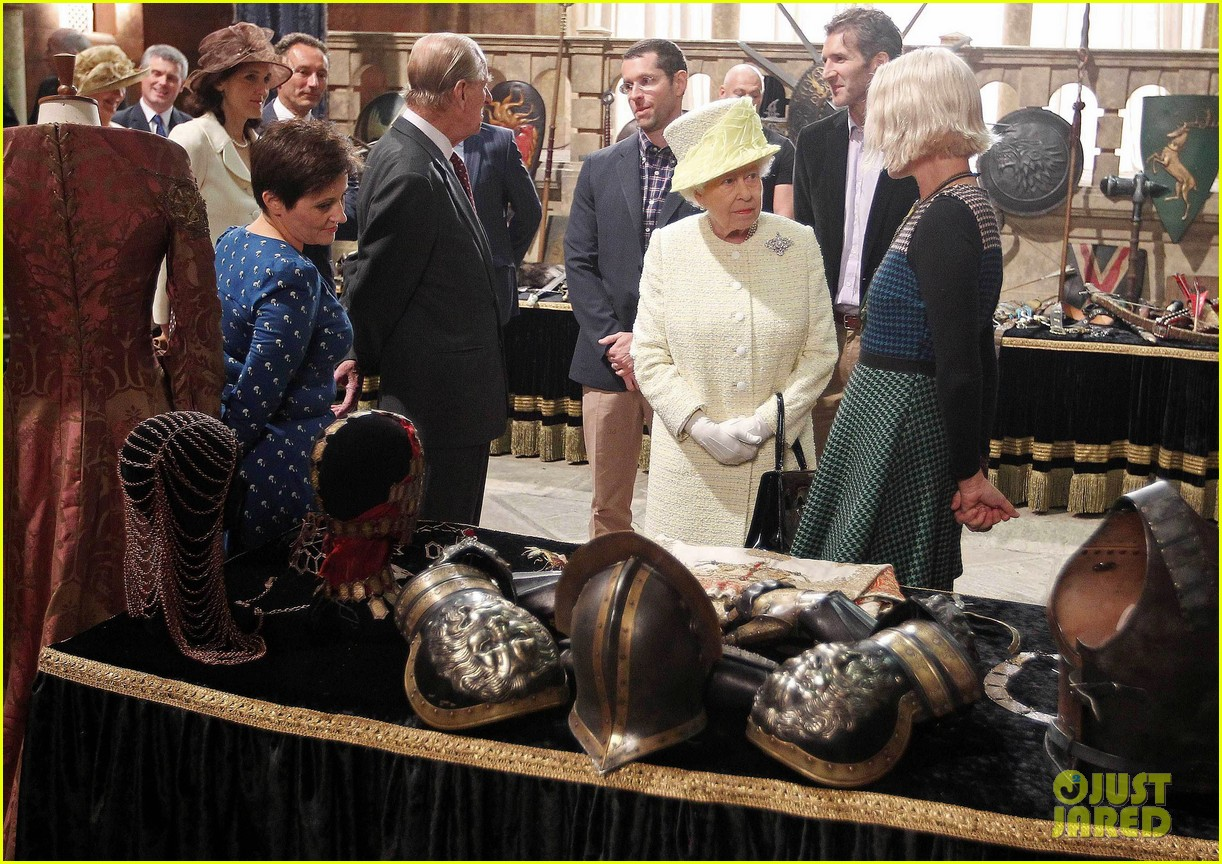queen elizabeth visits game of thrones set 04