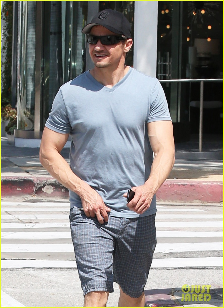 jeremy renner is so ripped his veins are popping out 02