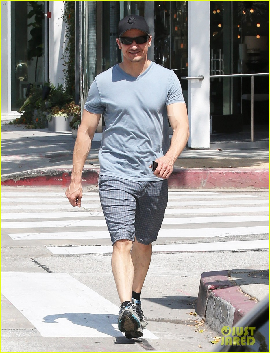 jeremy renner is so ripped his veins are popping out 03