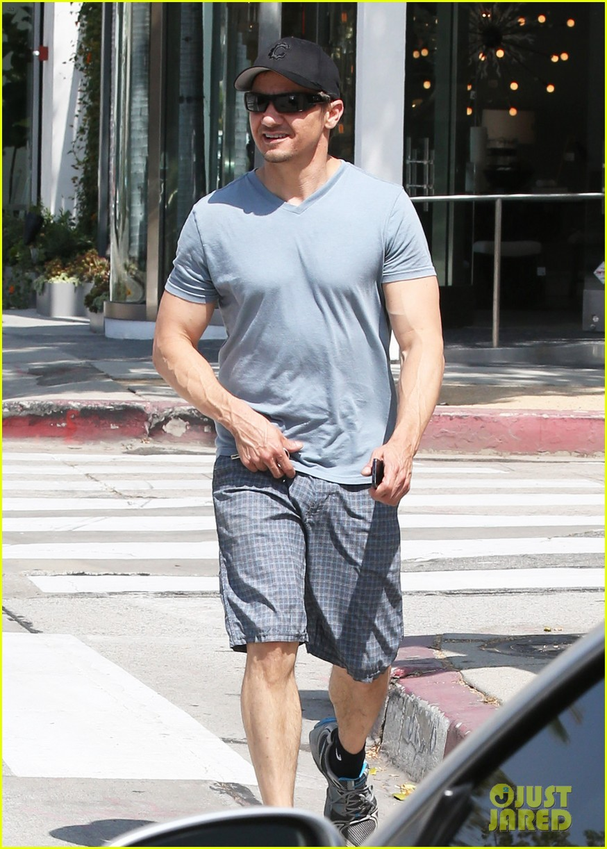 jeremy renner is so ripped his veins are popping out 08
