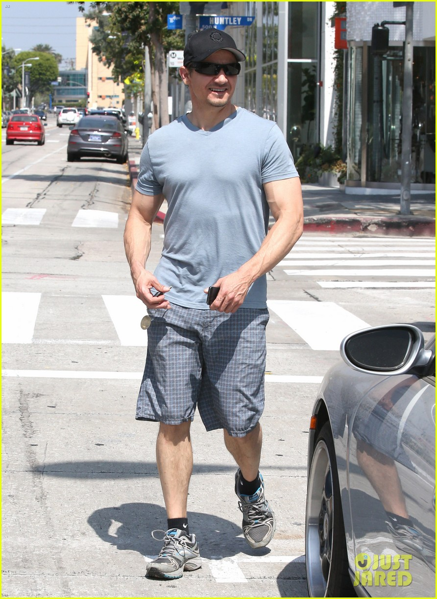 jeremy renner is so ripped his veins are popping out 12