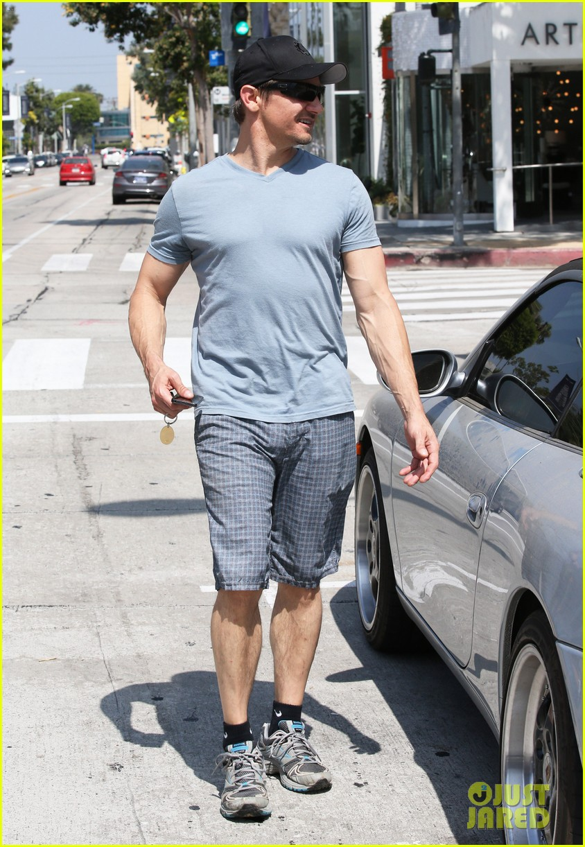 jeremy renner is so ripped his veins are popping out 133144885
