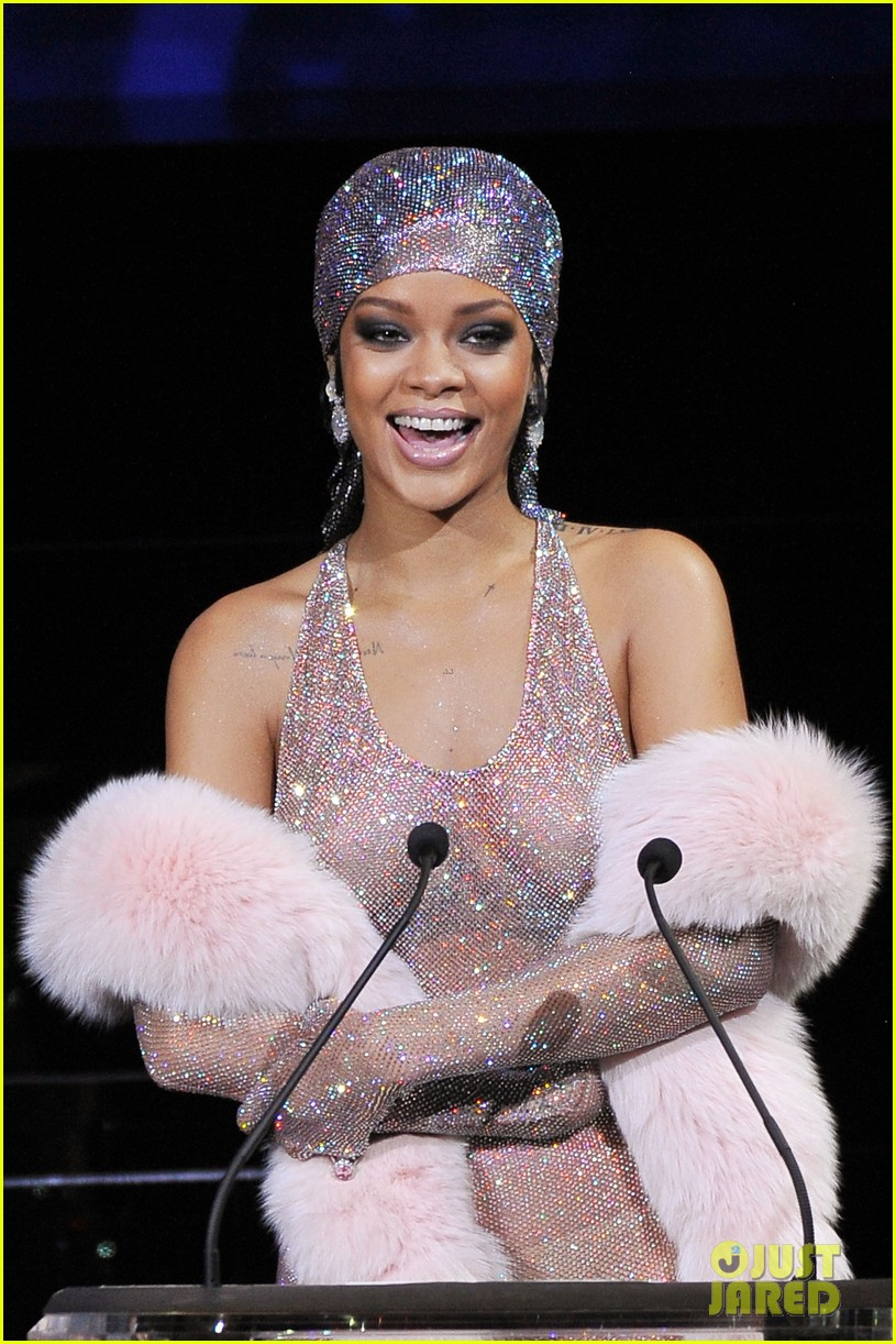 rihanna stylist talks her so naked dress at cfda awards 09
