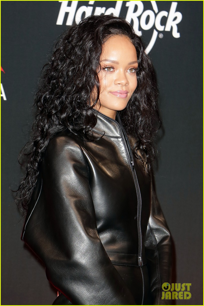 rihanna launches limited edition t shirt for charity 073128851