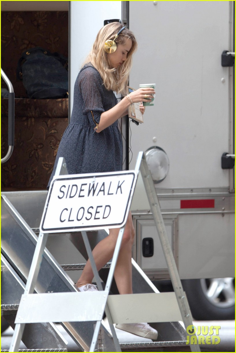 suki waterhouse rosa salazar insurgent set 04