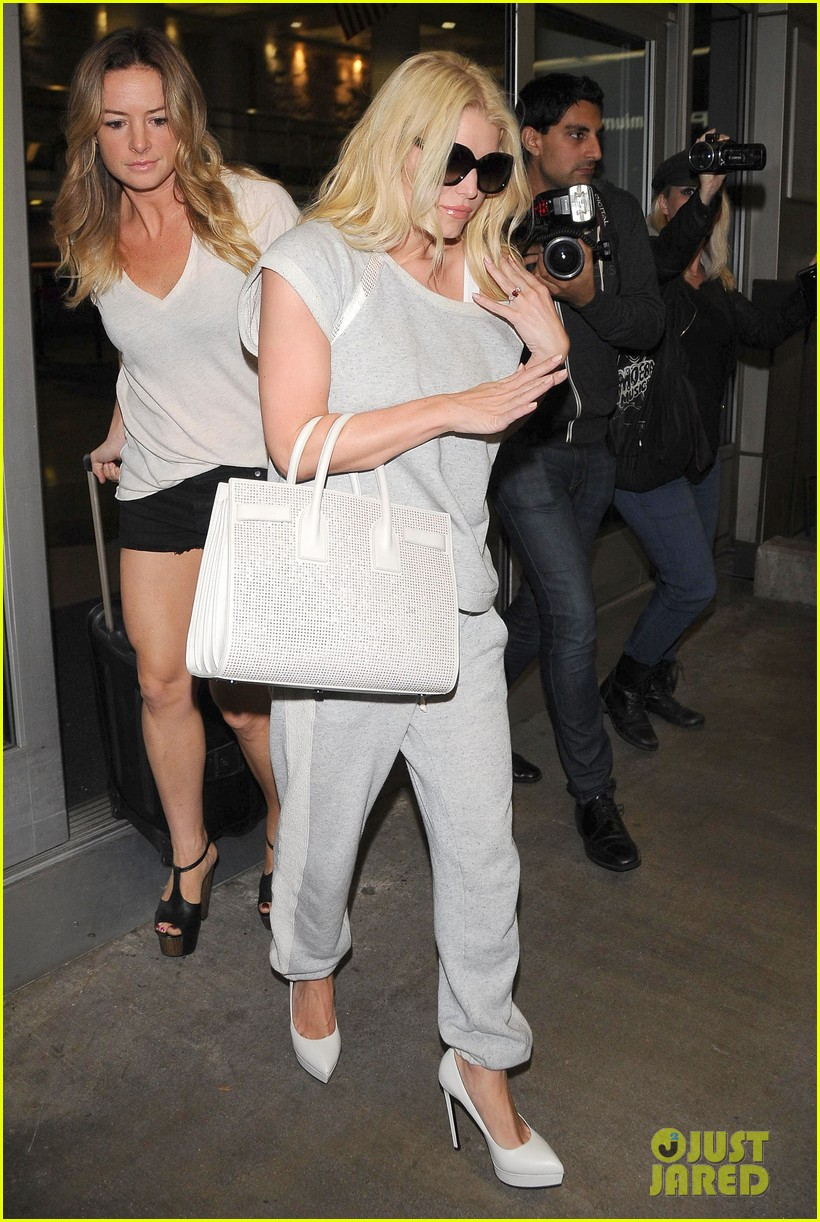 jessica simpson pairs heels with sweatpants at lax 09