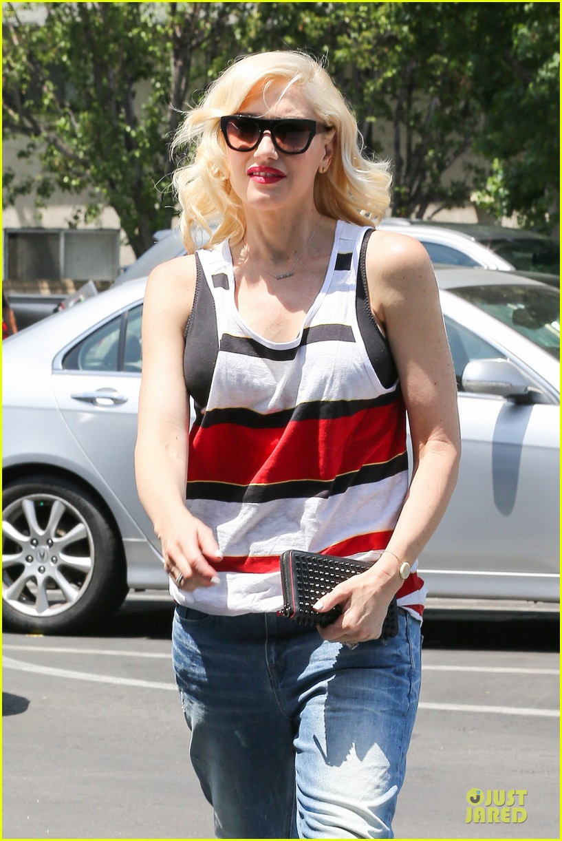 gwen stefani shows off black bra at sunday grocery run 02