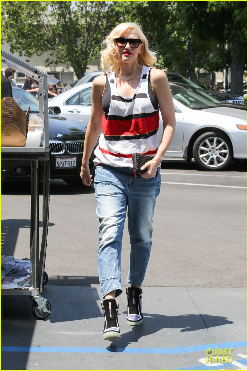gwen stefani shows off black bra at sunday grocery run 123131111
