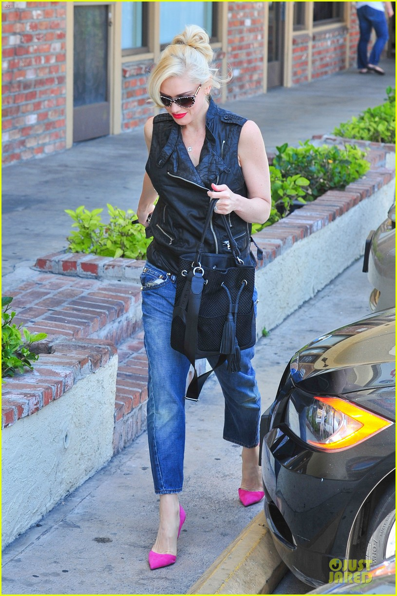 gwen stefani hot pink at acupuncture clinic 033130259