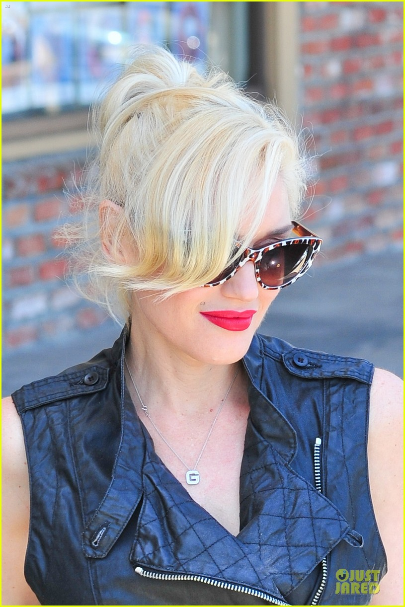 gwen stefani hot pink at acupuncture clinic 103130266