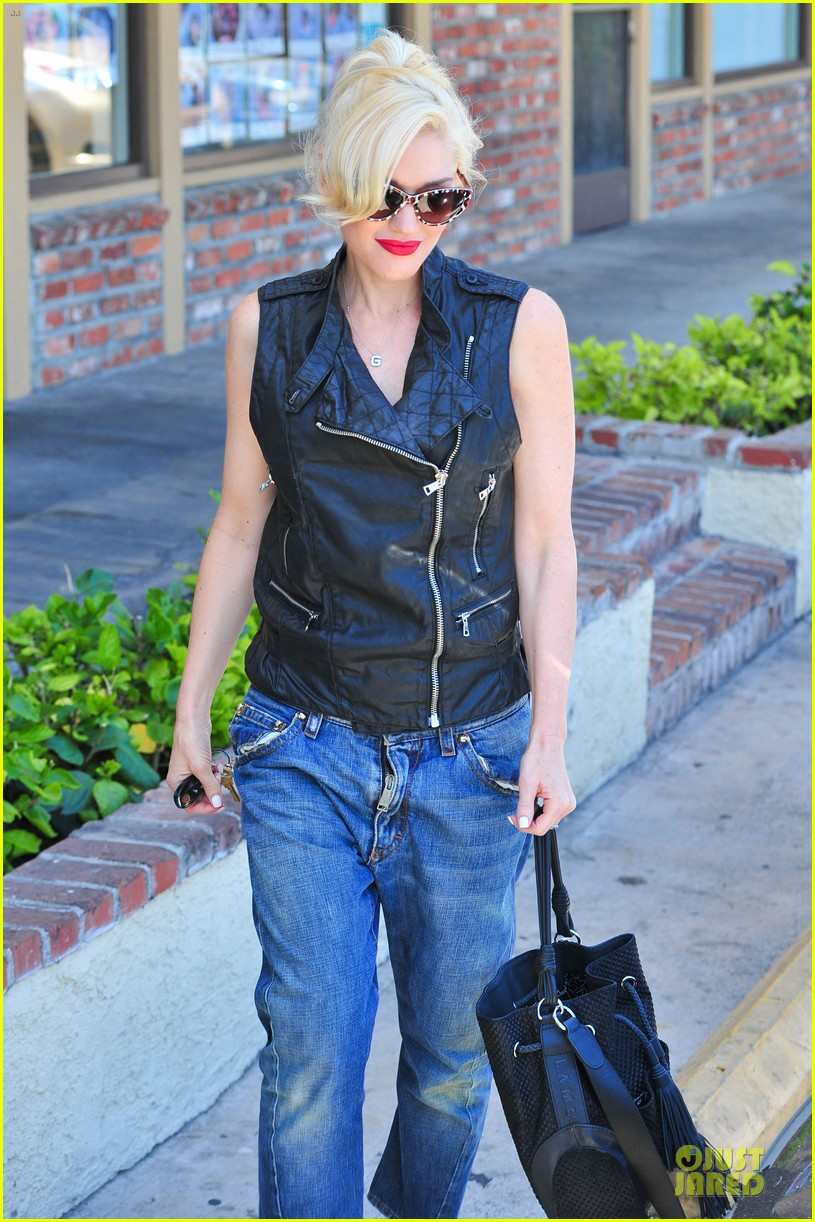 gwen stefani hot pink at acupuncture clinic 12