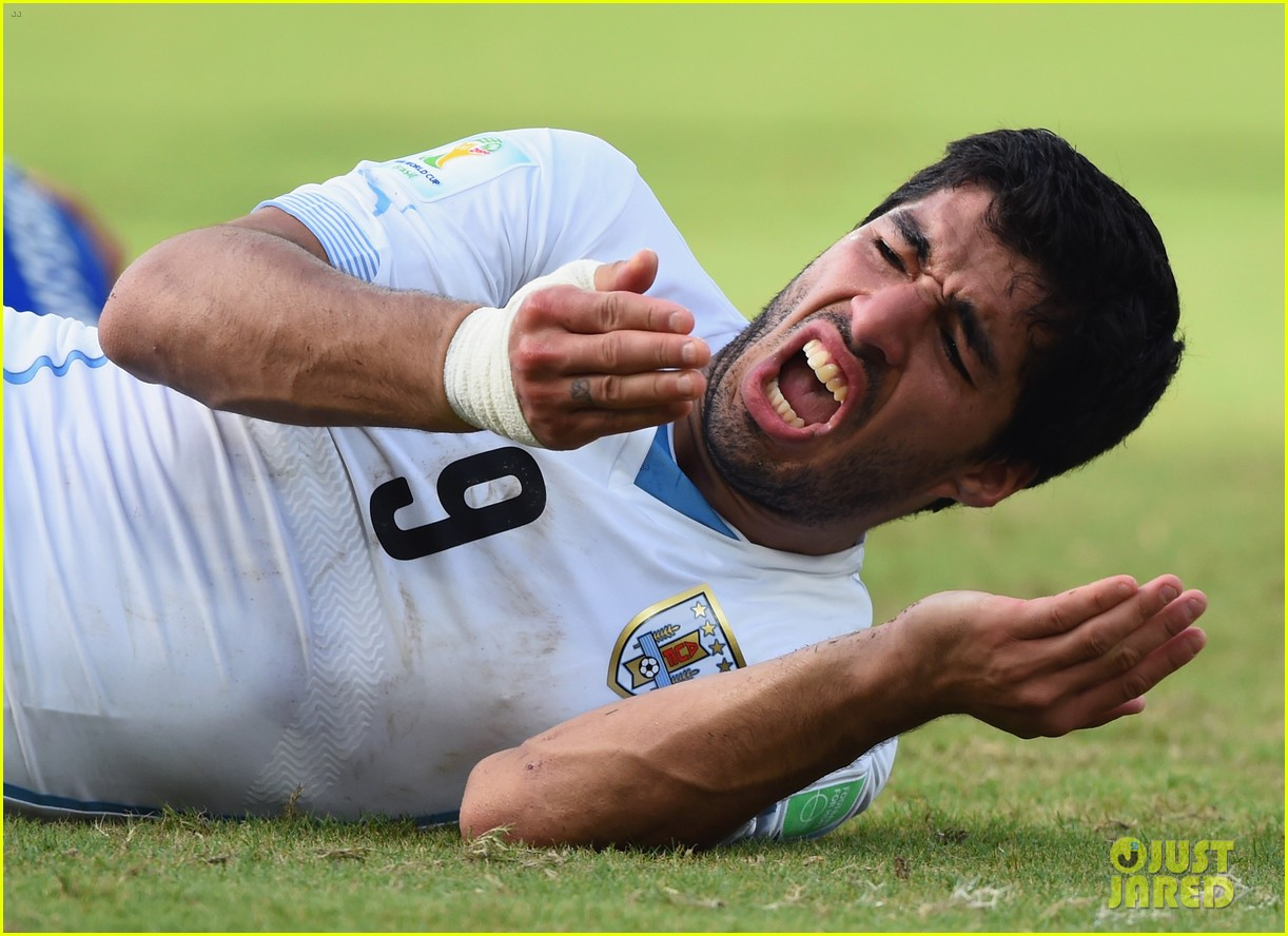 luis suarez apologizes for biting giogio chiellini 02