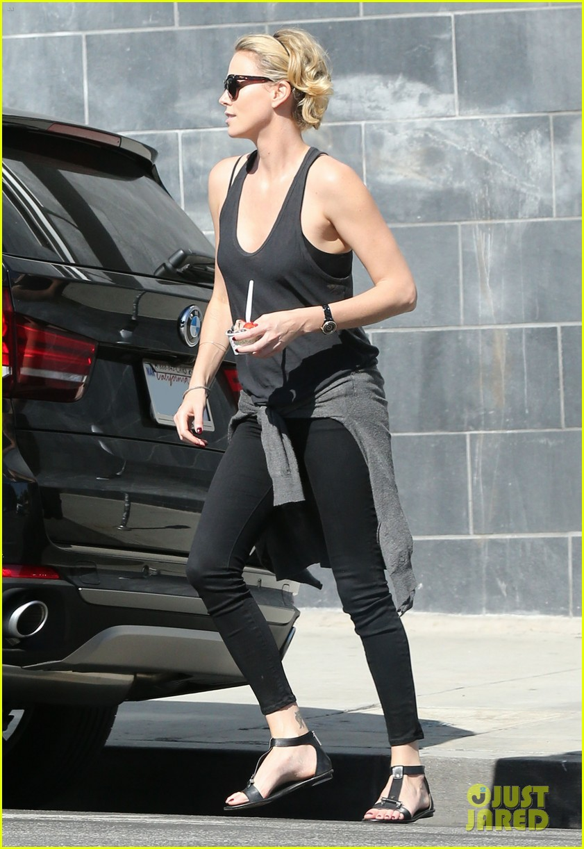 charlize theron forgets money at pinkberry returns later with huge tip 03