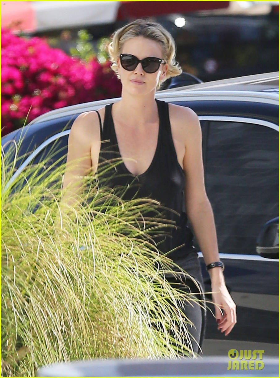 charlize theron forgets money at pinkberry returns later with huge tip 04
