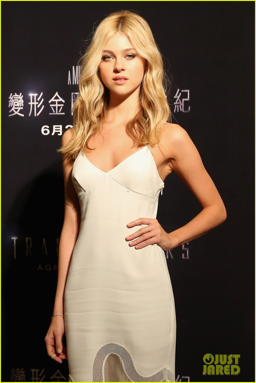 mark wahlberg nicola peltz tone it down for transformers 4 hong kong photo call 05