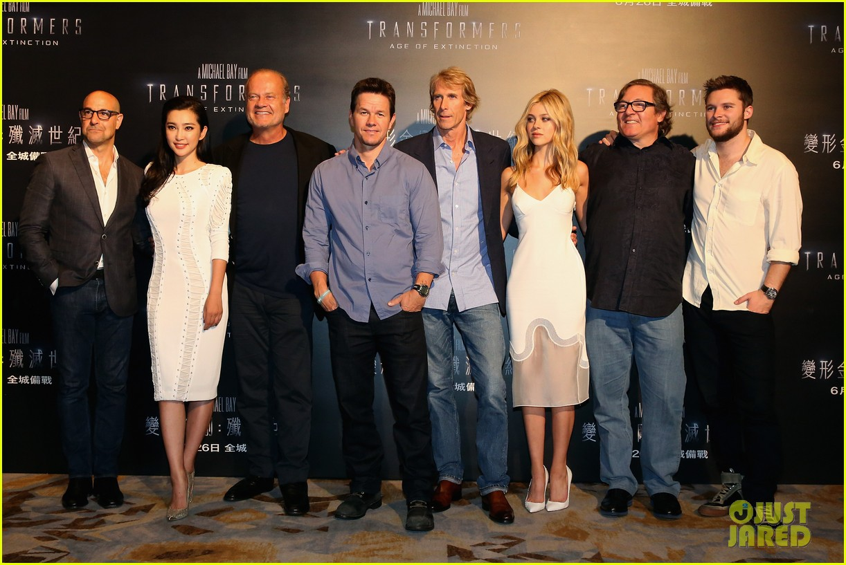 mark wahlberg nicola peltz tone it down for transformers 4 hong kong photo call 12