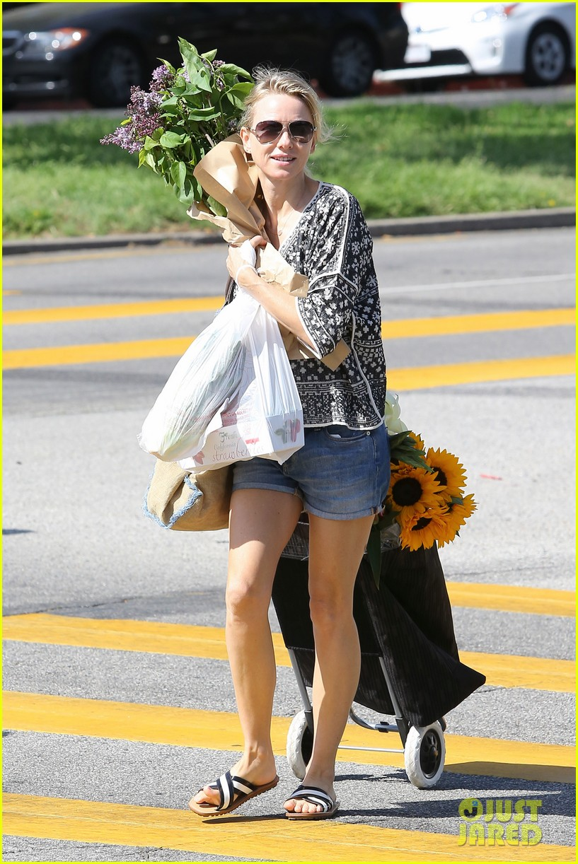 naomi watts is a flowery gal at the farmers apartment 08