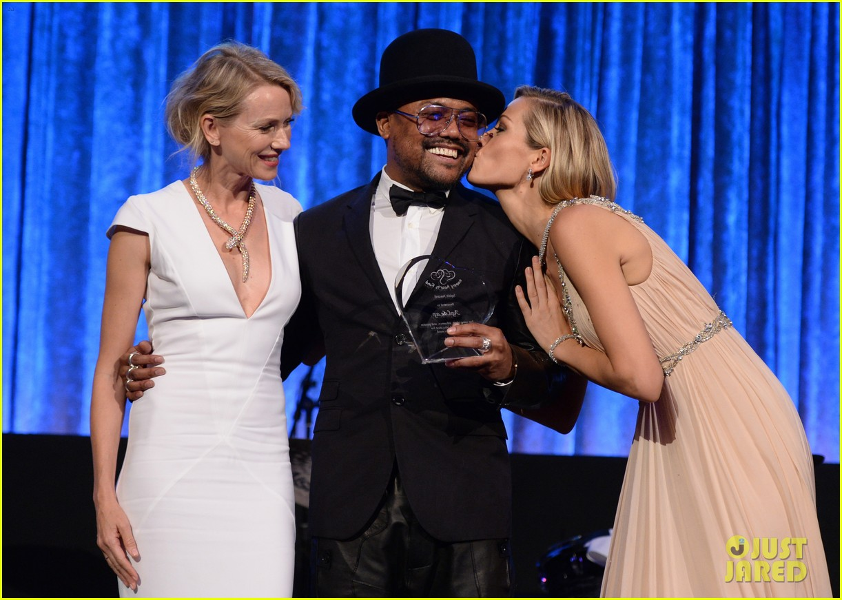 naomi watts presents spirit award to apl de ap at happy hearts fund 053139784