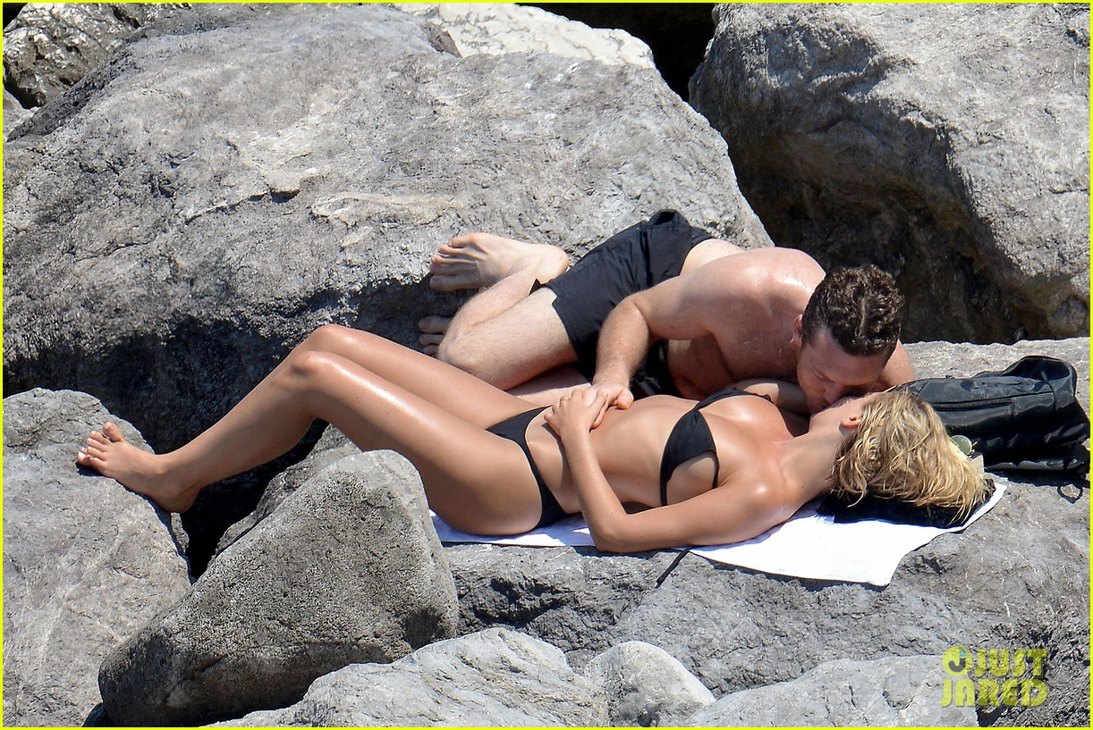 sam worthington lara bingle get handsy pack on the pda on beach 063134679