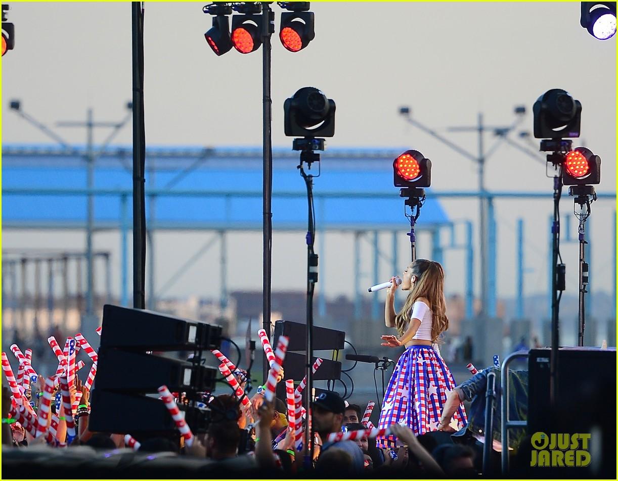 ariana grande macys fireworks show 023149812