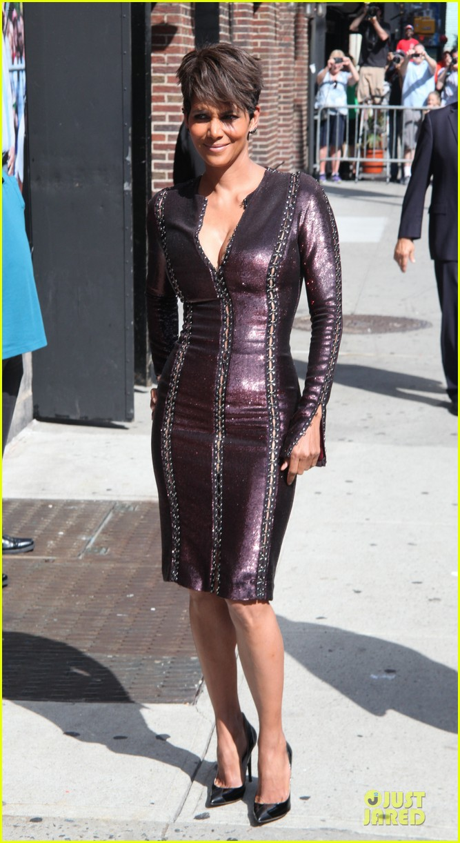 halle berry shows some cleavage at letterman 01