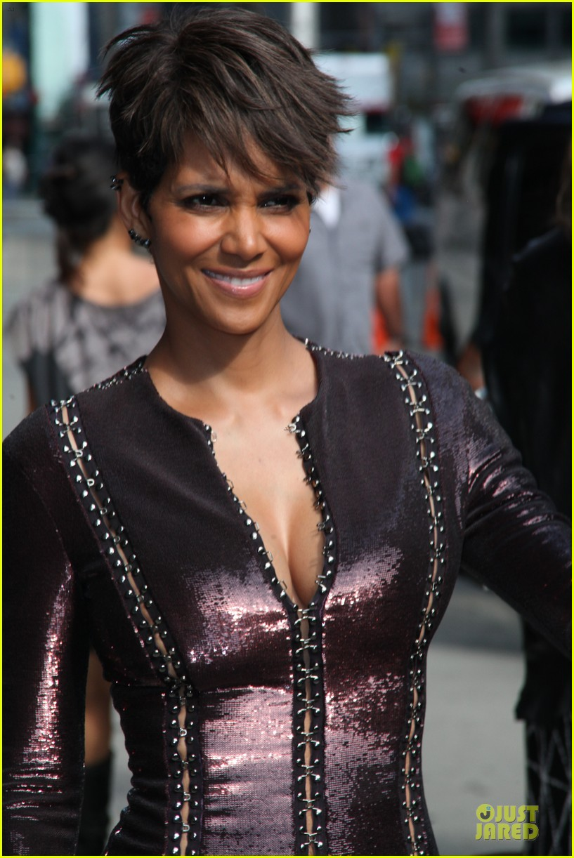 halle berry shows some cleavage at letterman 02