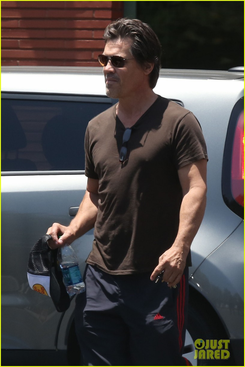 josh brolin girlfriend kathryn boyd run errands together in the valley 01
