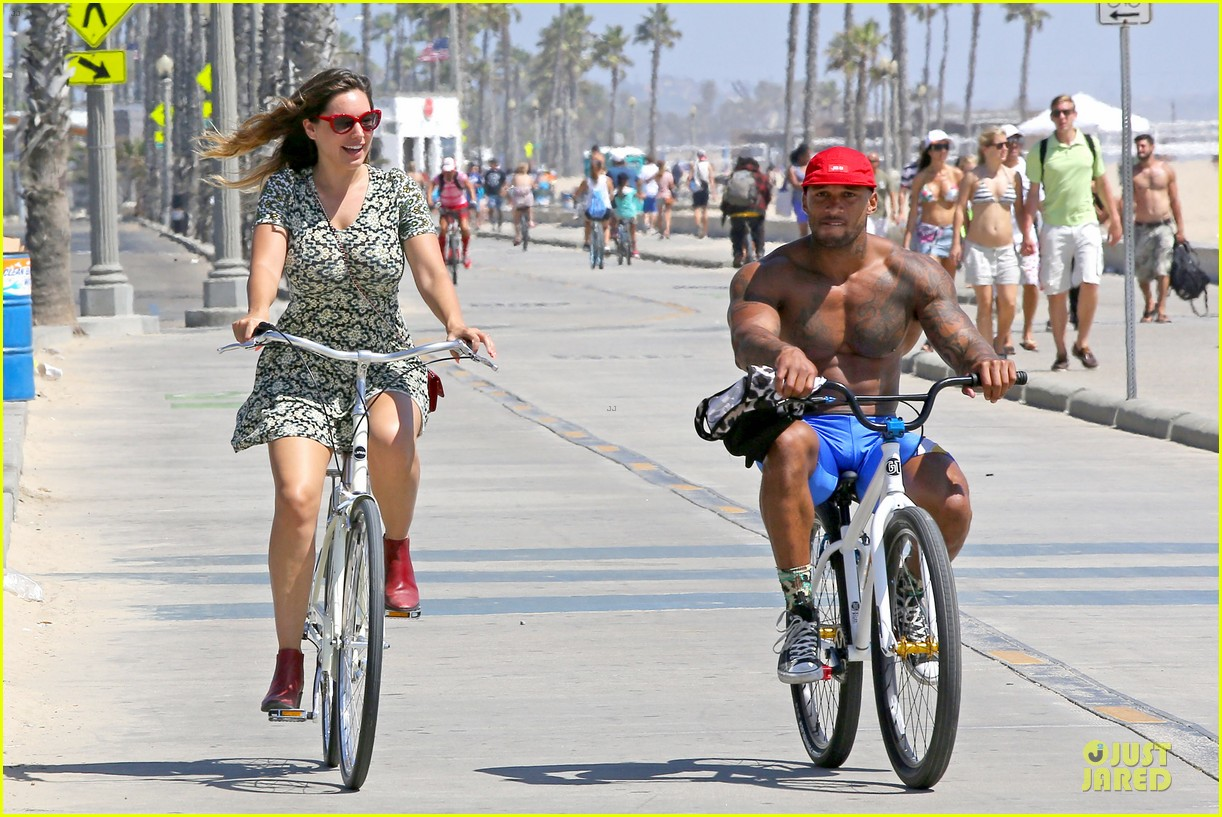 kelly brook david mcintosh goes shirtless on venice bike ride 11