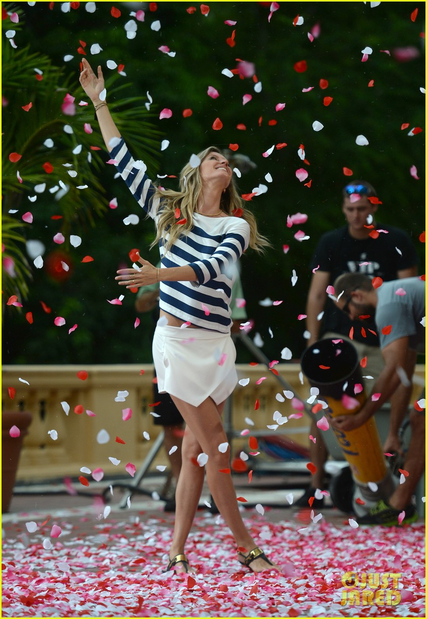gisele bundchen showered with rose petals 19