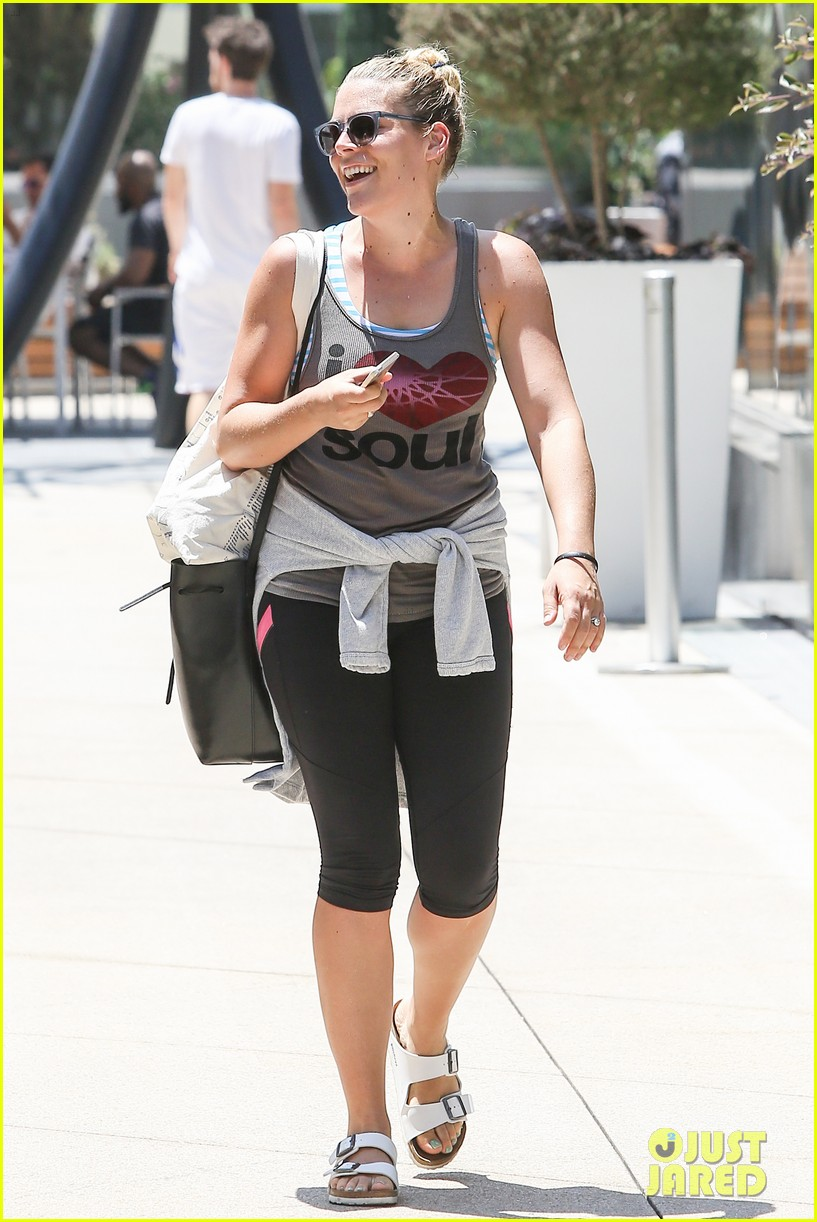 one year after giving birth busy philipps looks amazing 093148875