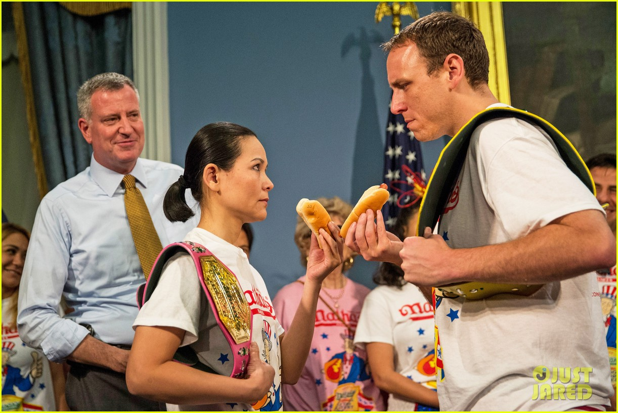 joey chestnut wins hot dog eating contest proposes 04
