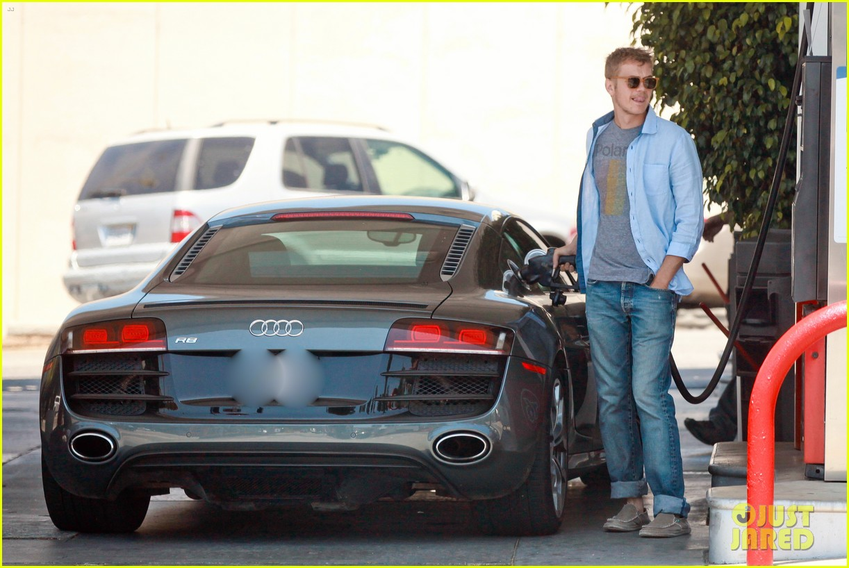 hayden christensen licks his lips while fueling his car 02
