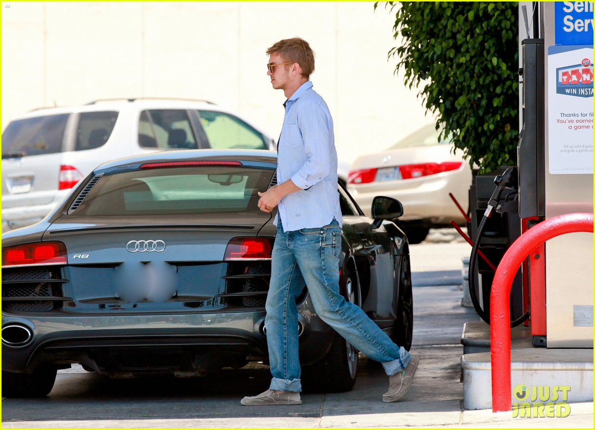 hayden christensen licks his lips while fueling his car 063148764