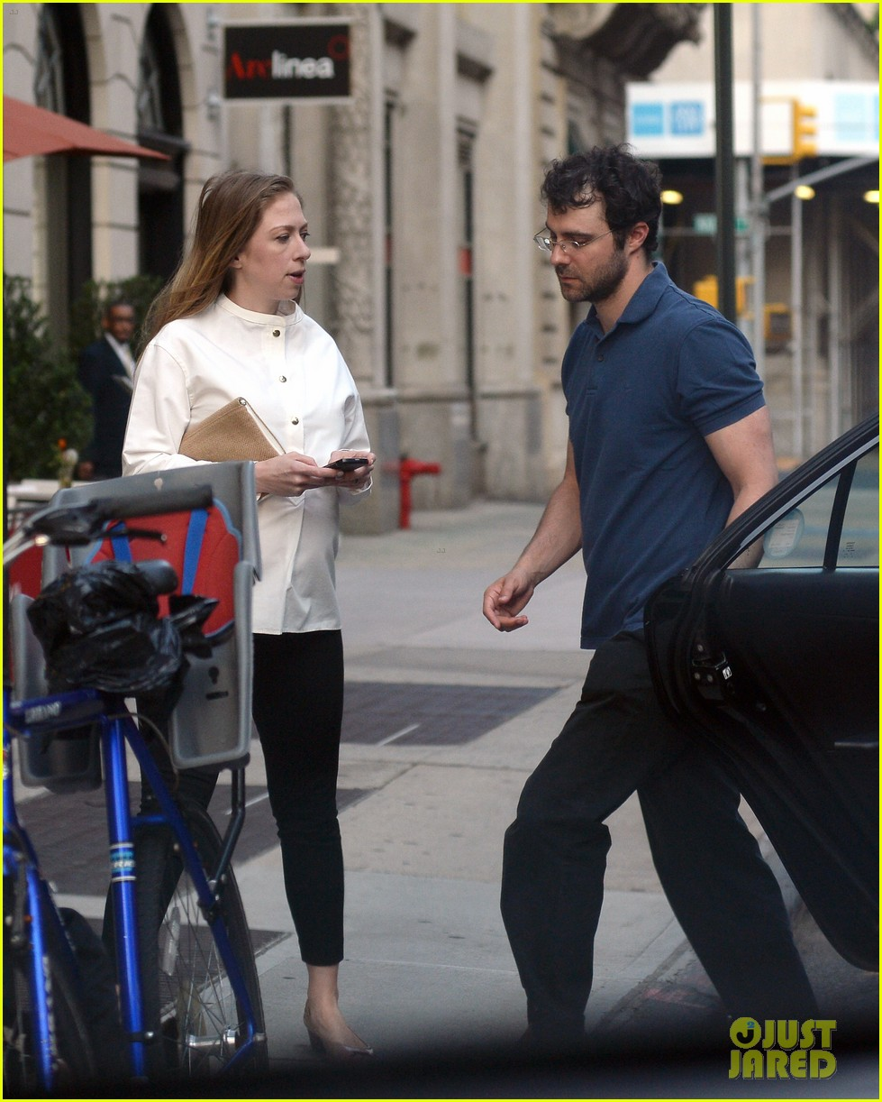 chelsea clinton displays her growing baby bump 053152231