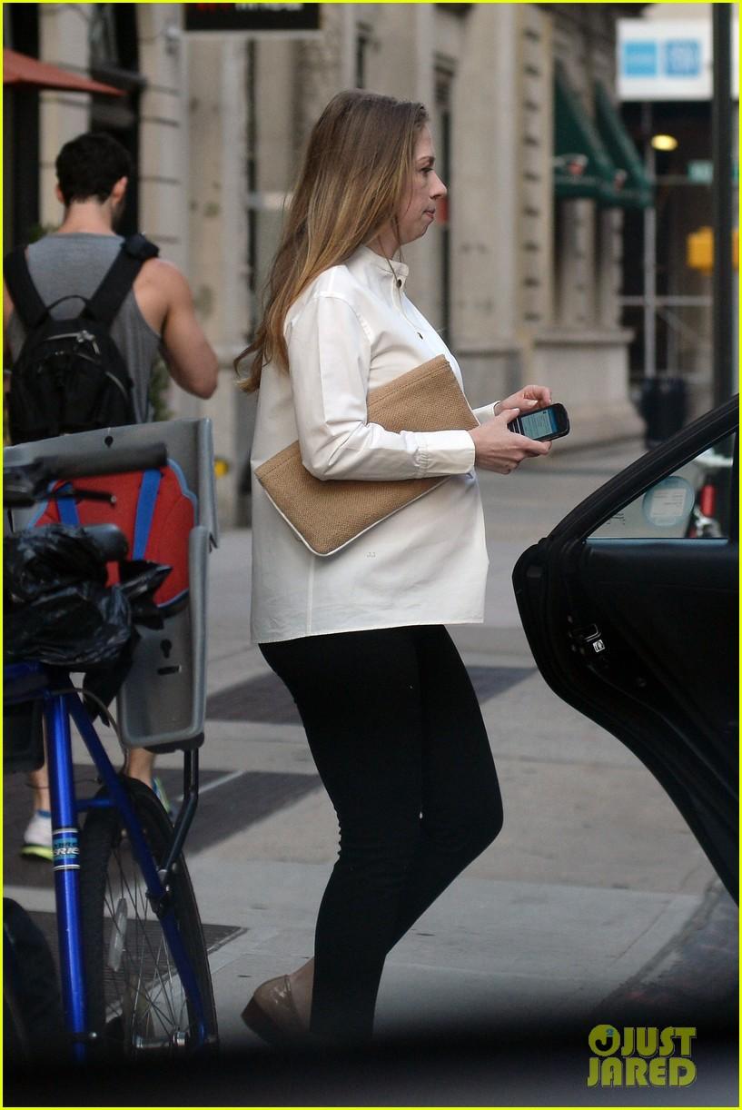 chelsea clinton displays her growing baby bump 113152237
