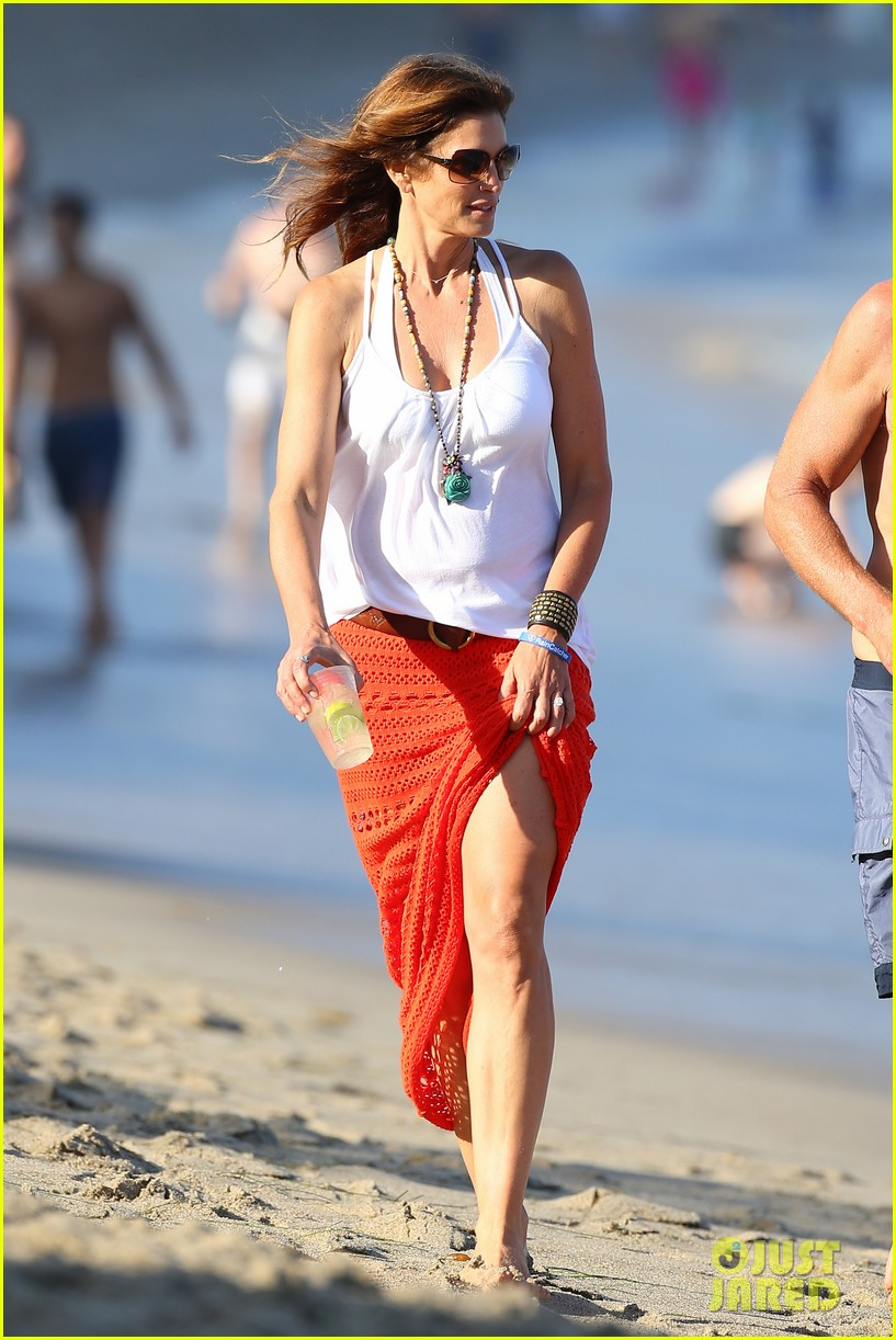 cindy crawford rande gerber beach walk malibu 03