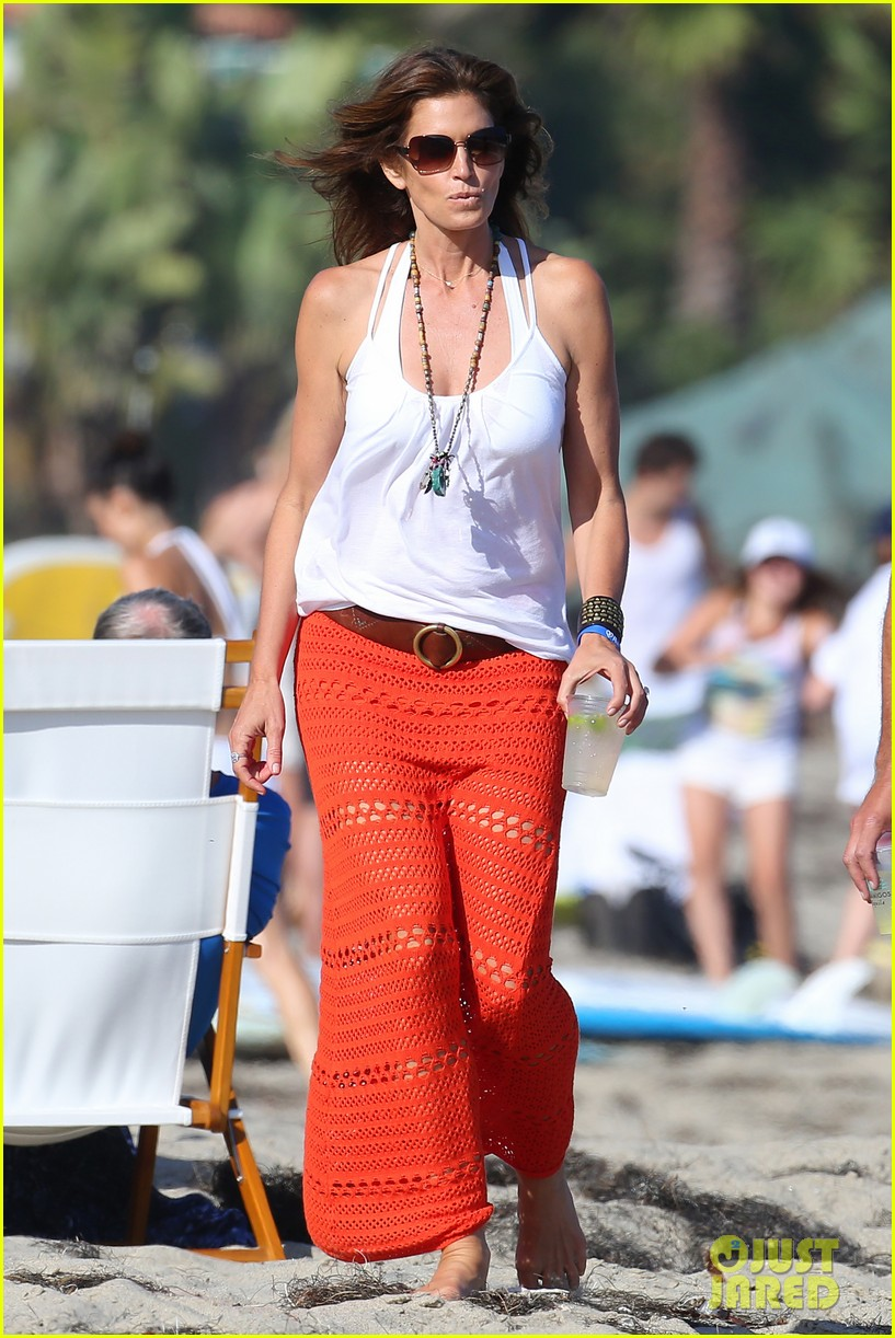 cindy crawford rande gerber beach walk malibu 08