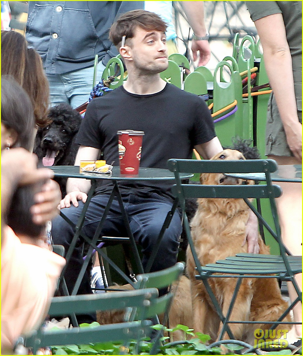 daniel radcliffe dog walker trainwreck nyc set 20