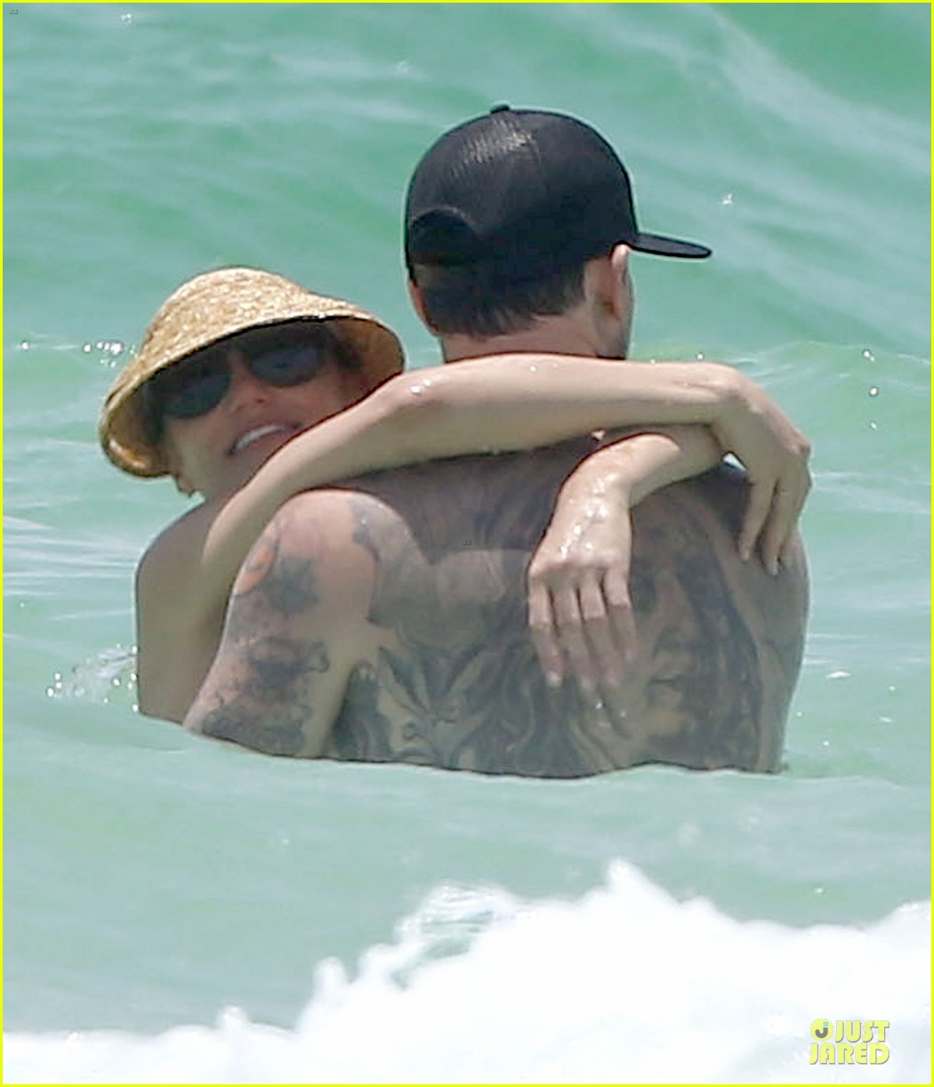 cameron diaz benji madden sparks fly at the beach 02