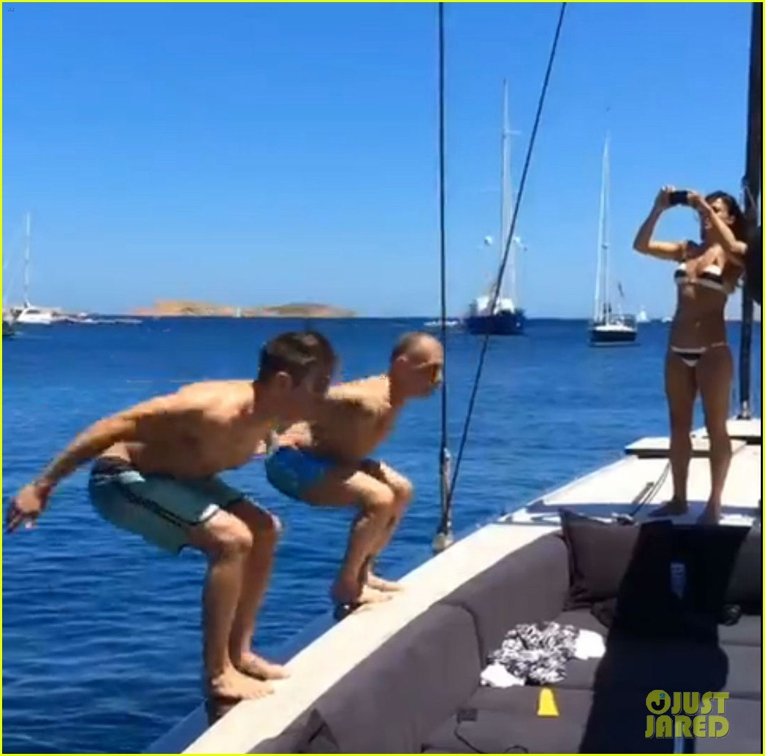 zac efron goes shirtless backflip off a boat 02