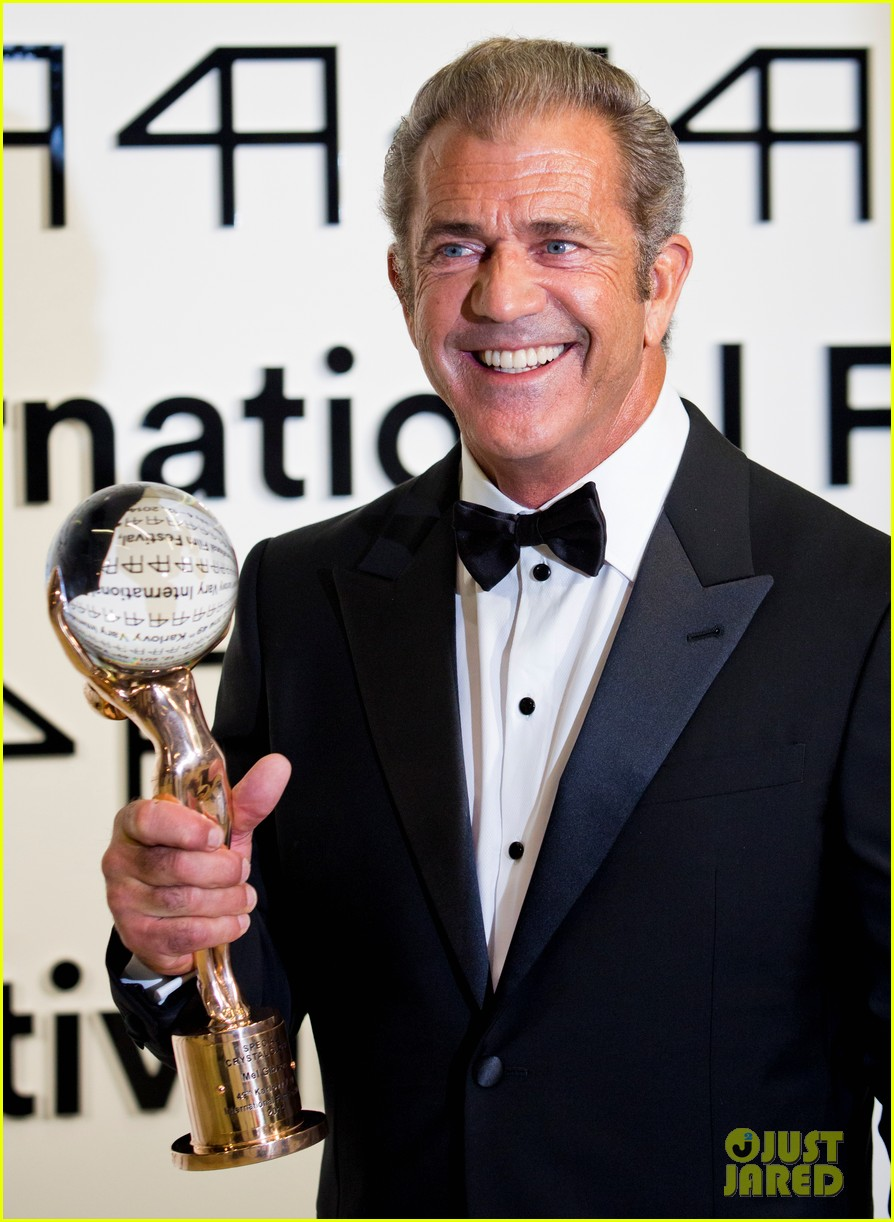 mel gibson crystal globe karlovy vary international film festival 06