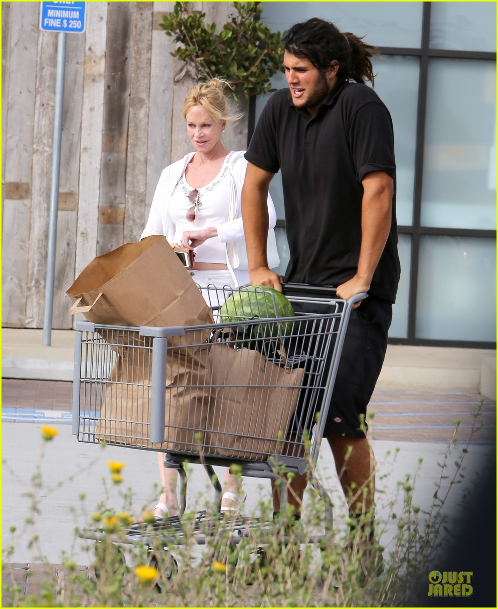 melanie griffith gets grocery help on fourth of july 093150832
