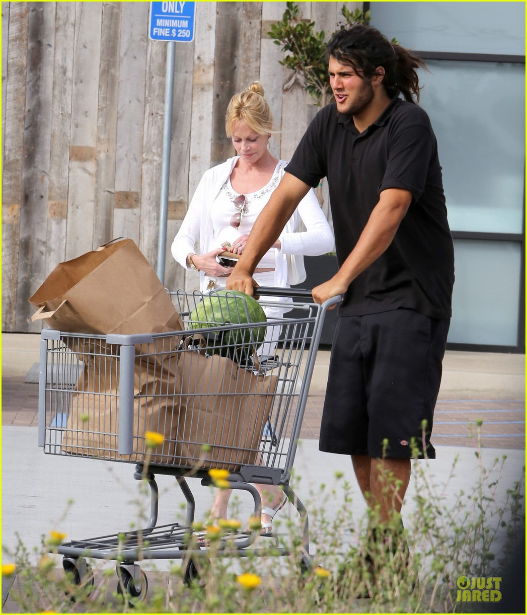 melanie griffith gets grocery help on fourth of july 103150833